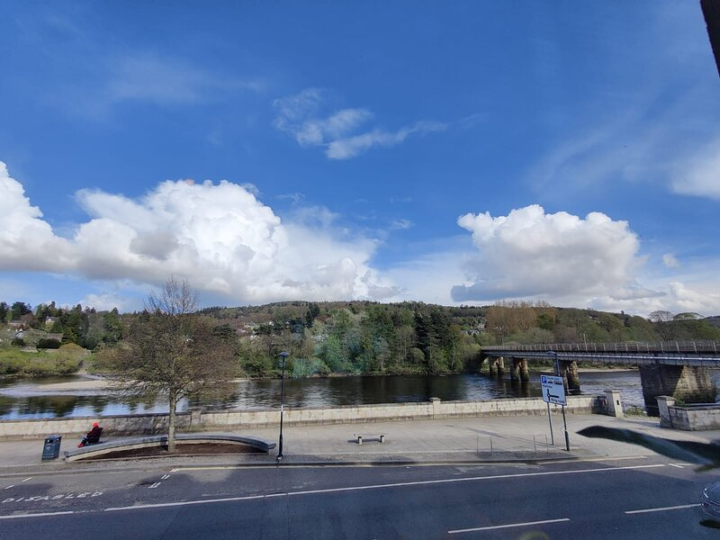 Stunning River View 2-Bed Apartment in Perth, alquiler vacacional en Scone