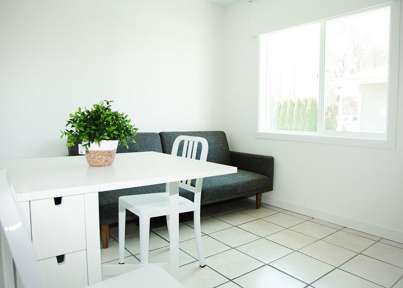 Naramata Courtyard Suites 1 Bedroom Kitchenette, holiday rental in Naramata