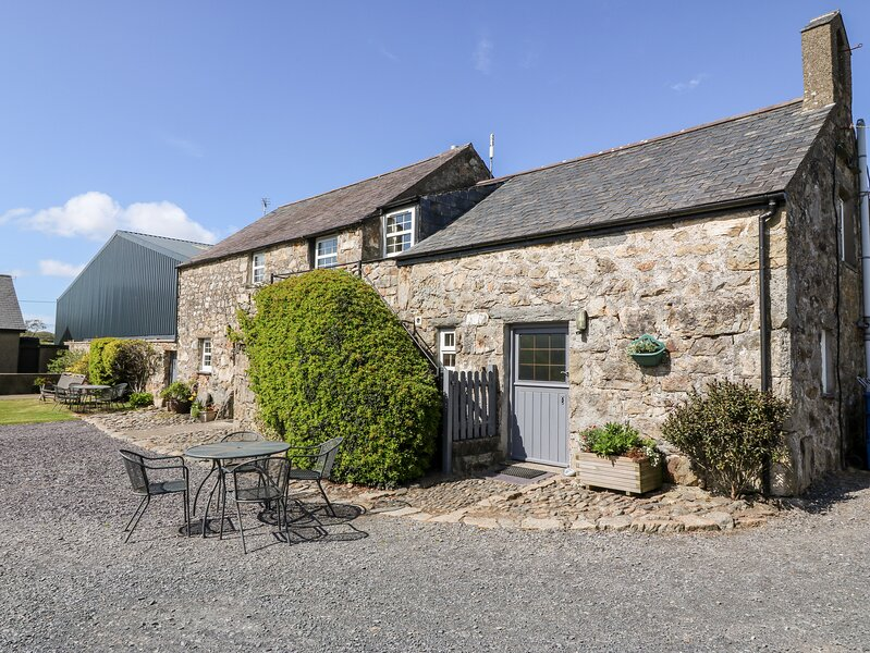 STABLE 1, family friendly, country holiday cottage, with a garden in, casa vacanza a Llanbedrog