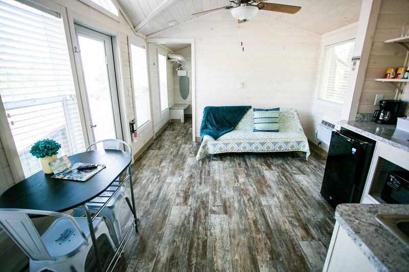 Waterview One Bedroom Cabin #4 at Long Cove Resort, vacation rental in Gastonia