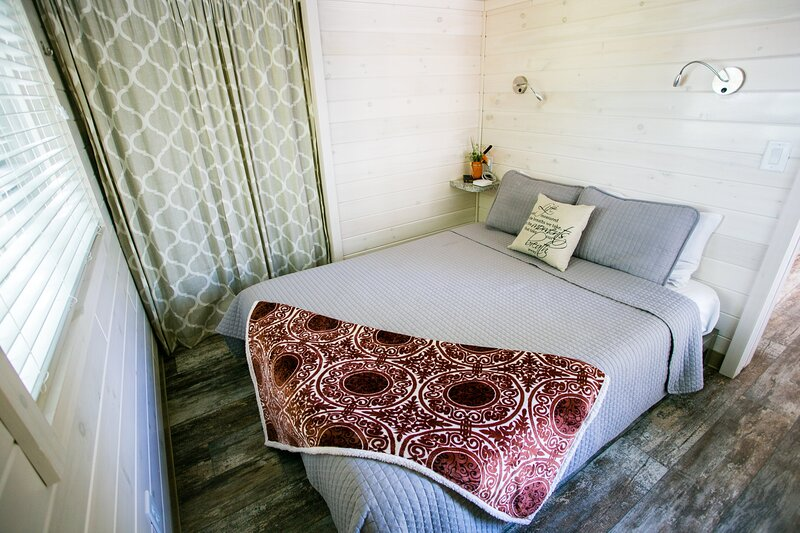 Waterview Family Style Two Bedroom Cabin #7 at Long Cove Resort, holiday rental in Clover