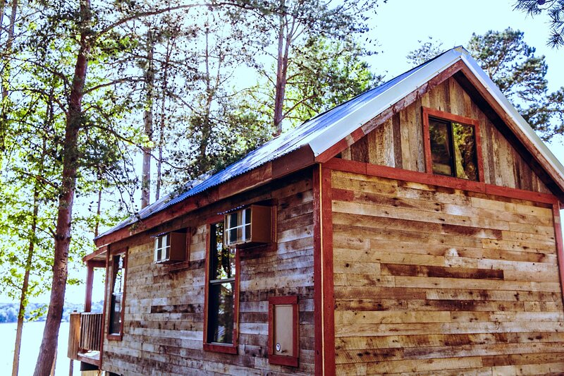 Waterfront, 100- Year-Old wood Cabin #16 at Long Cove Resort, holiday rental in Clover