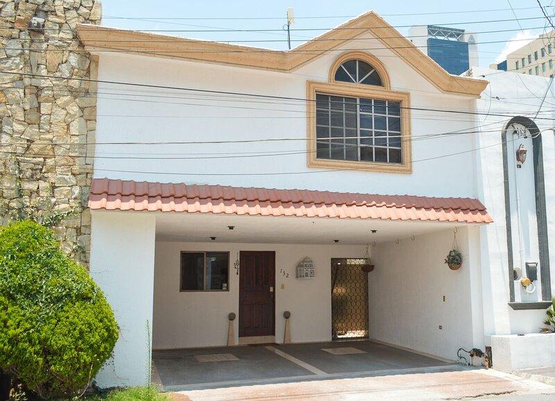 Casa equipada en el corazón de San Pedro. A un paso de centros comerciales, hosp, aluguéis de temporada em Monterrey