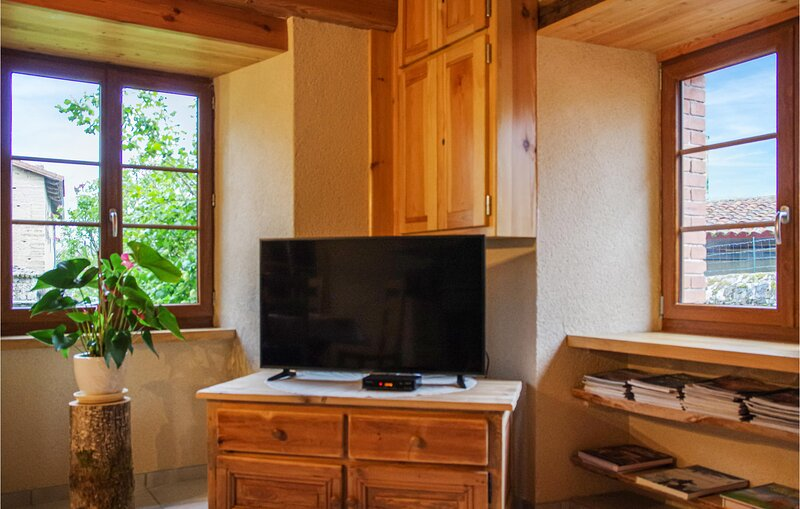 Stunning home in Grandrif with WiFi and 3 Bedrooms (FUP016), vakantiewoning in Ambert