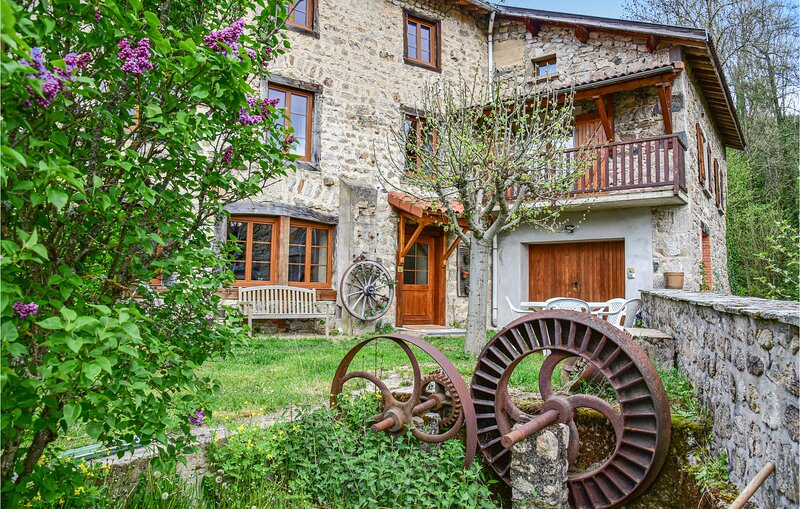 Stunning home in Grandrif with WiFi and 3 Bedrooms (FUP016), holiday rental in Saint-Amant-Roche-Savine