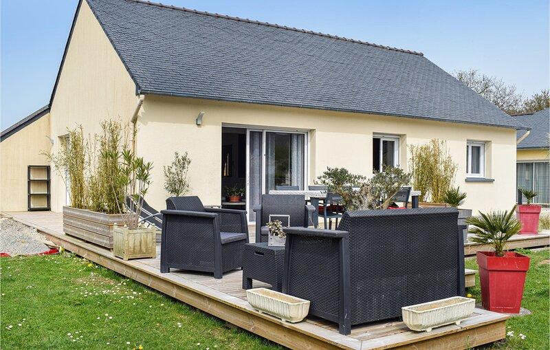 Stunning home in Milizac with WiFi and 3 Bedrooms (FBF647), aluguéis de temporada em Saint-Renan
