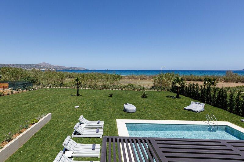 Iniada Villa II, Spacious Villa 100m from the beach, Large garden & Private pool, alquiler vacacional en Kalyves