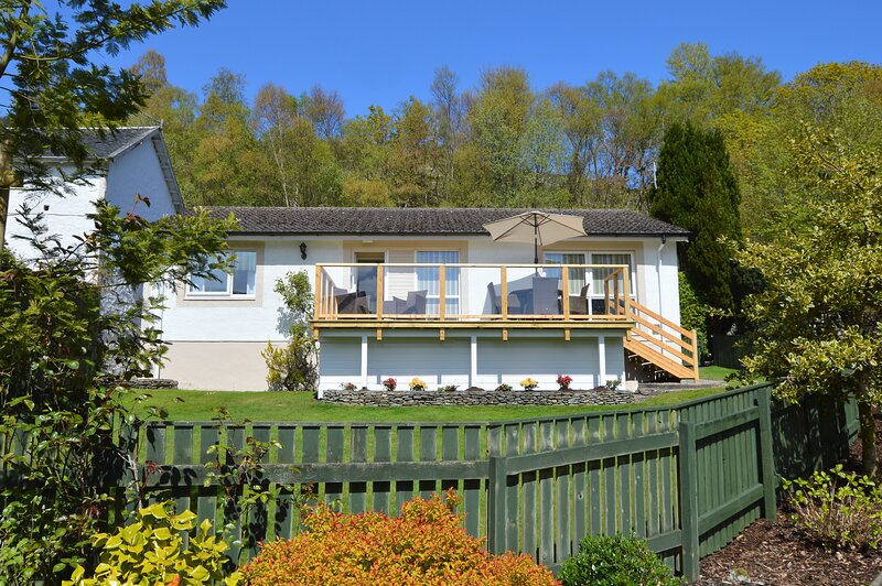 Dunbheag, shore front location with private beach and enclosed sun terrace, vacation rental in Gourock