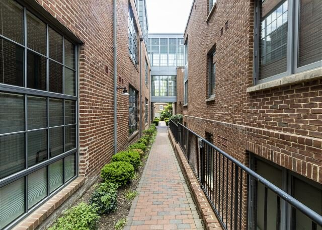 6 month minimum! New condo in the historic Sheridan Garage on Q St, holiday rental in Arlington