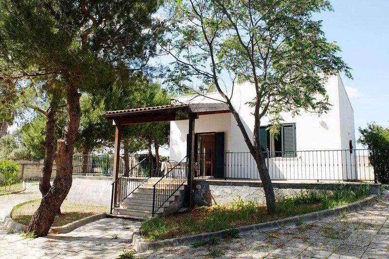 Villa Calypso | giardino privato, zona lidi, a/c, holiday rental in Scala di Furno