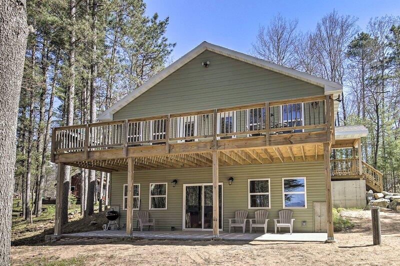 4-Season Lakefront Home: Waterski, Fish & More!, location de vacances à Star Lake