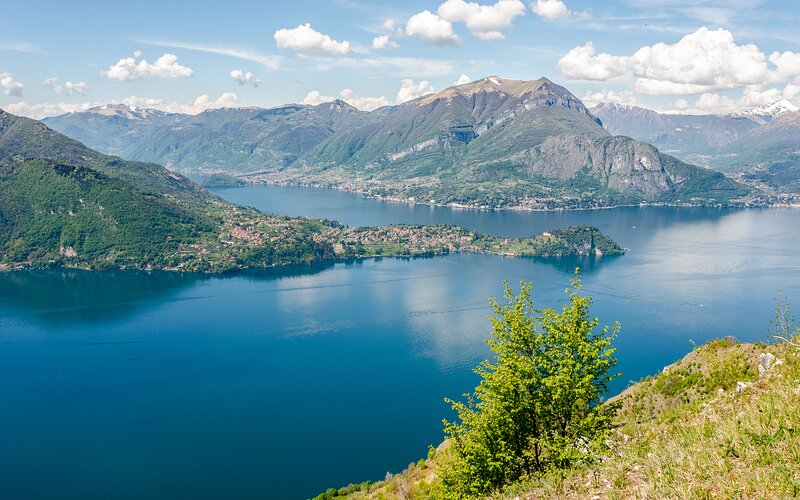 Beautiful, Spacious Modern villa with fantastic panoramic Lake Views, location de vacances à Domaso