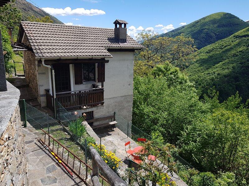 Ruhig und autofrei in den Bergen bei Cannobio Lago Maggiore in Falmenta, location de vacances à Lunecco
