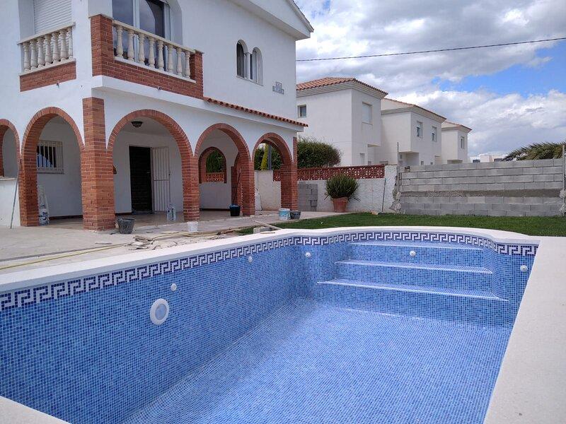 VILLA CRISTOBAL  - 2 APARTAMENTOS CON PISCINA PRIVADA 10 PERS. 250 M. PLAYA, vacation rental in Alcanar