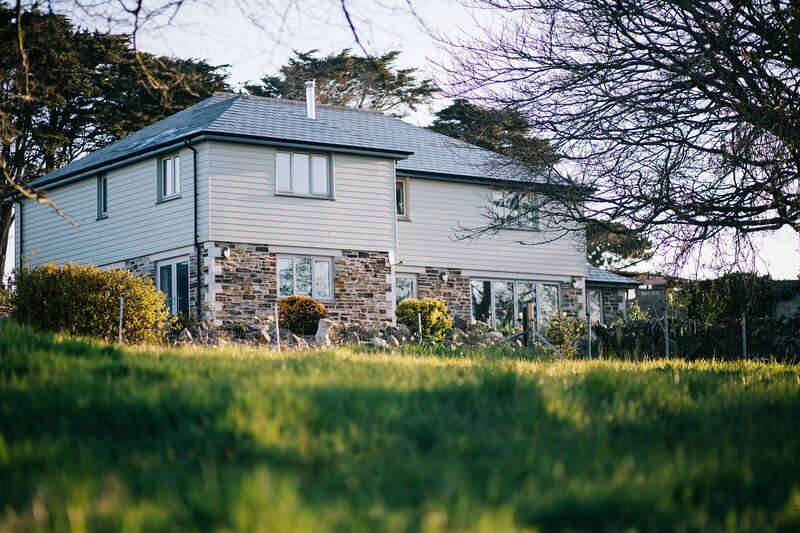 Remarkable 5-Bed House in Countryside near Newquay – semesterbostad i Carloggas