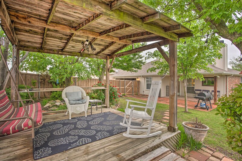 NEW! Charming Home w/ Yard, 25 Mi to Dtwn Dallas!, holiday rental in Rockwall