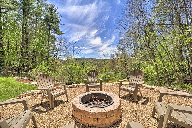 NEW! Woodsy Getaway w/ Hot Tub, Deck & Mtn Views!, holiday rental in Boone