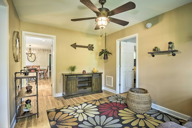 NEW! Lakefront High Point House w/ Furnished Deck!, holiday rental in Southmont