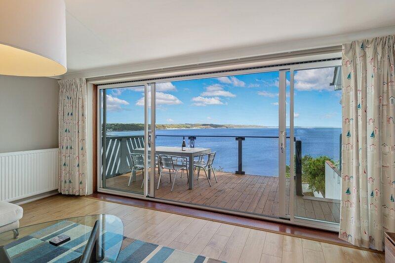 Beautiful Split Level House, Spectacular Sea Views, Balcony and Terrace, Parking, alquiler de vacaciones en Saundersfoot