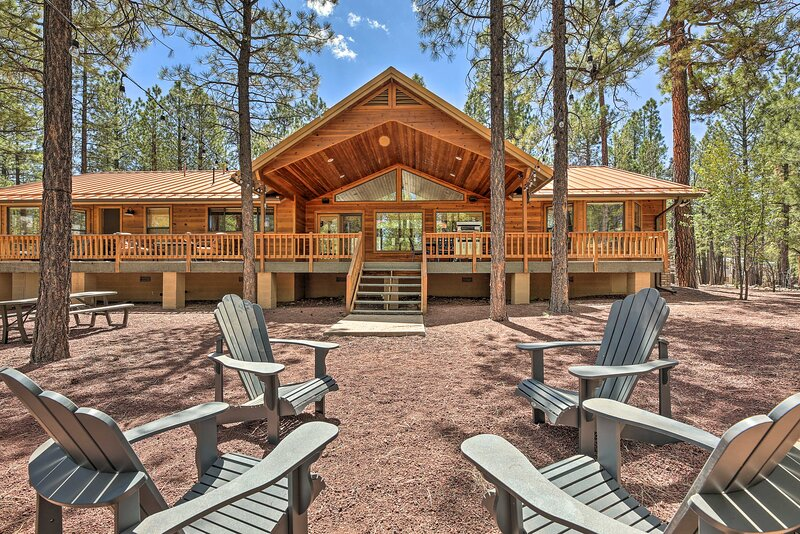 NEW! Expansive Pinetop Cabin w/ Fireplace + Grill!, alquiler vacacional en Vernon