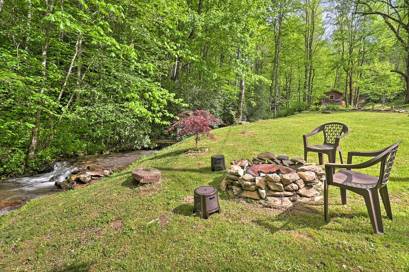 NEW! Creekside Home w/ Fire Pit, < 15 Mi to Hiking, holiday rental in Dillsboro