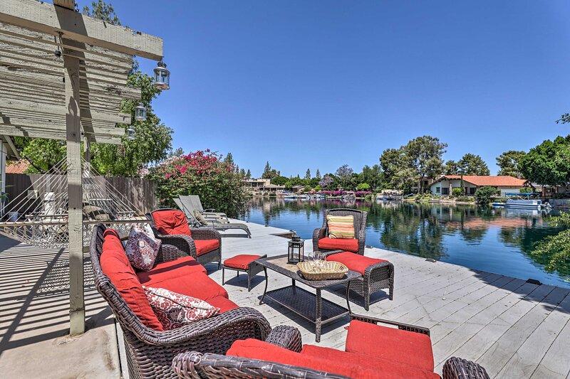 Lakefront Tempe House w/Sun Deck, Hot Tub & Boats!, location de vacances à Guadalupe
