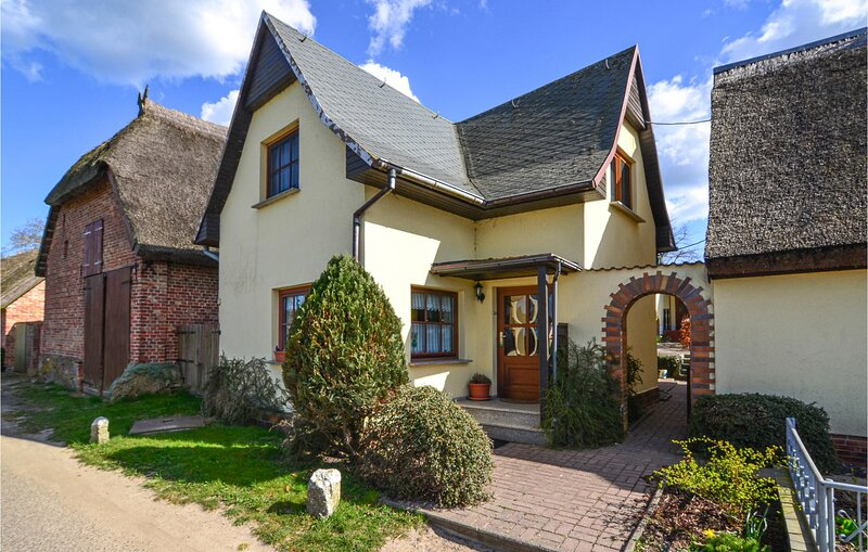 Beautiful home in Mariendorf with WiFi and 2 Bedrooms (DMR442), holiday rental in Alt Reddevitz