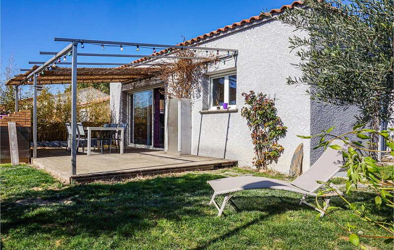 Nice home in Maraissan with WiFi and 3 Bedrooms (FLH355), holiday rental in Lignan-sur-Orb