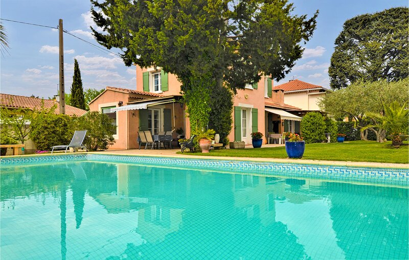 Awesome home in Orange with Outdoor swimming pool, WiFi and 3 Bedrooms (FPV764), casa vacanza a Orange