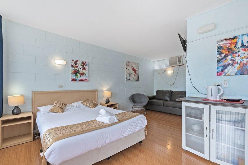 Room 4 - Gazebo Motor Inn - Clean Rooms with Private Bath, holiday rental in Numurkah
