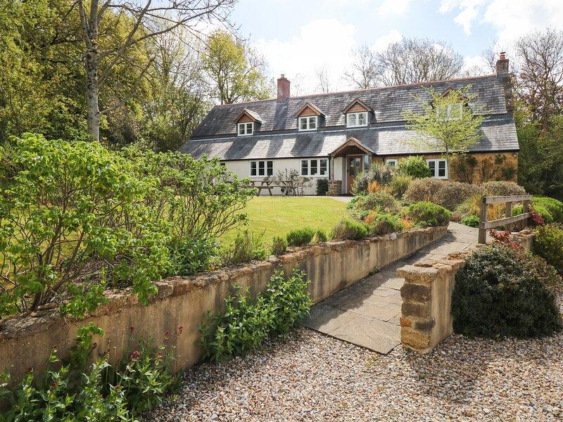 MARLES FARMHOUSE, beautifully converted farmhouse sleeping 12. Bridport 3 miles., location de vacances à Stoke Abbott