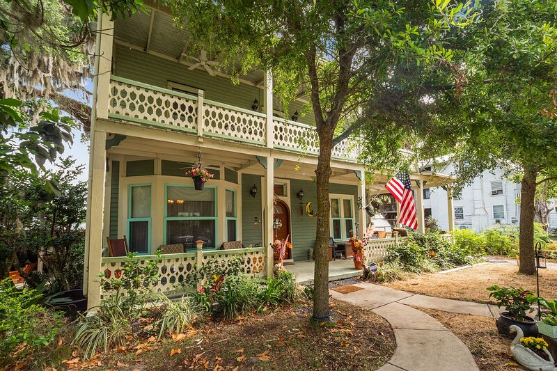 Crescent City, Stella Lake House with Outdoor Pool Table & Fireplace, vacation rental in Seville
