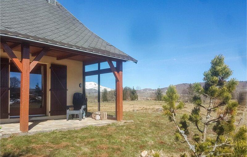 Nice home in Picherande with 3 Bedrooms (FUP009), location de vacances à Égliseneuve-d'Entraigues