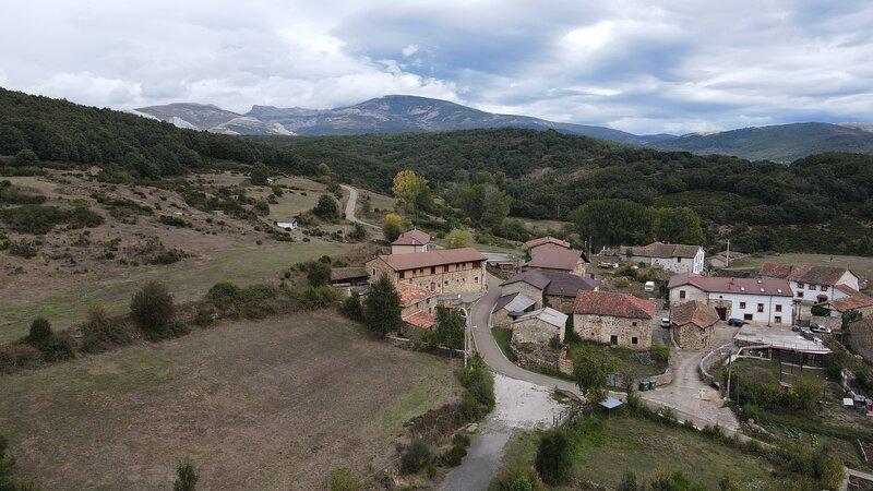 Hotel Rural en el corazón de la Montaña Palentina. Rodeado de rutas y naturaleza, holiday rental in Canduela