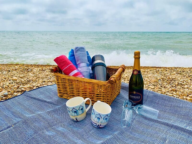 Regatta Cottage - Idyllic and charming seaside cottage, minutes from the beach, vacation rental in Folkestone