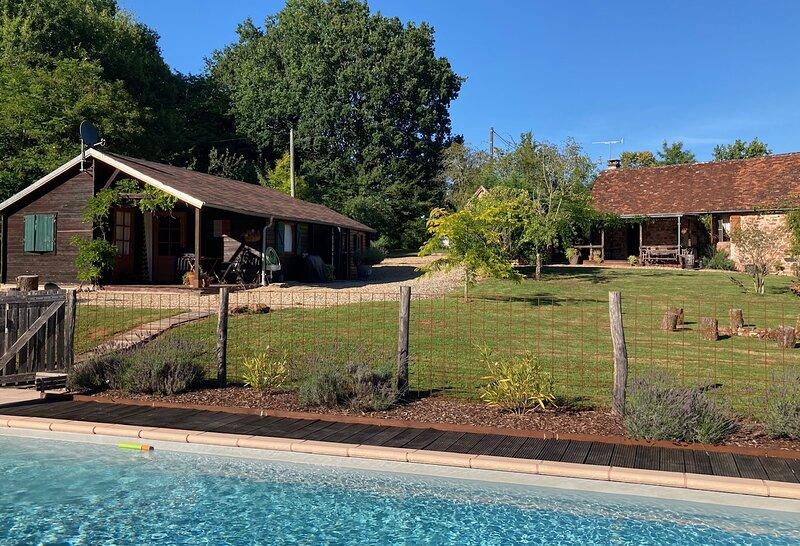 Idyllic Retreat: 2 Cottages; Private Pool; 2 Kitchens; Amenities & Charm!, casa vacanza a Cherveix Cubas