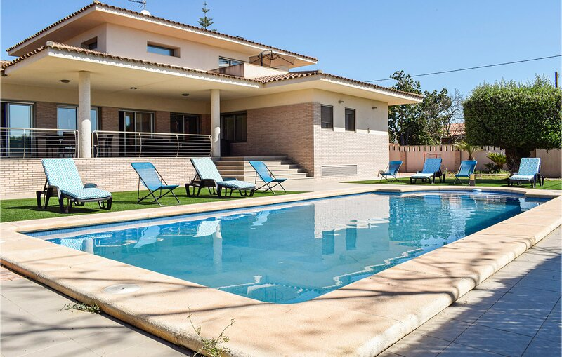 Beautiful home in SAN VICENTE DEL RASPEI with Outdoor swimming pool, WiFi and 5, holiday rental in Agost