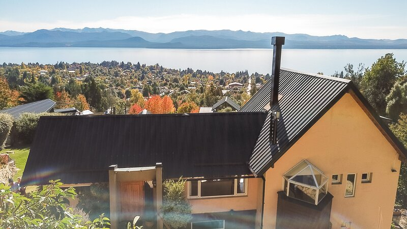 Casa con jardin y parrilla ,muy calida y luminosa con vista al lago Nahuel Huapi, alquiler de vacaciones en San Carlos de Bariloche