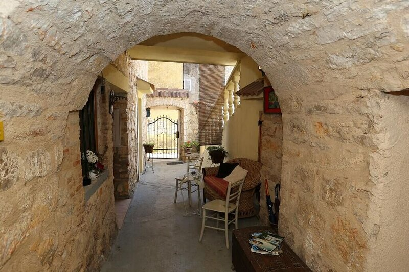 Apartments Branimir, holiday rental in Sutomiscica