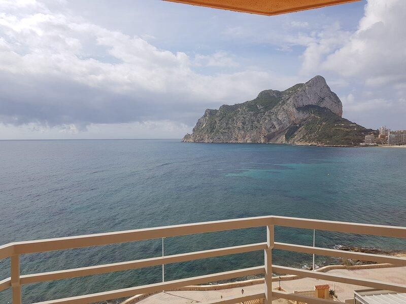 CALPE PRIMERA LINEA CON PISCINA, vakantiewoning in Calpe