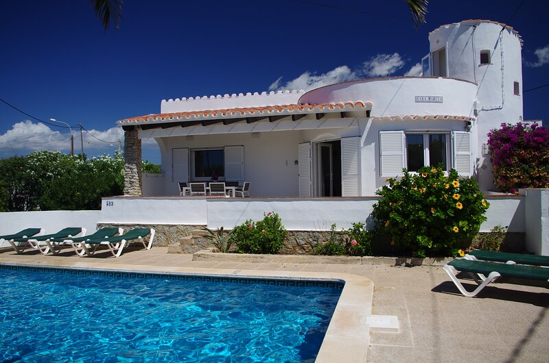 Beautiful Villa, Private Pool, AC in 3 bedrooms, BBQ, Pizza Oven & Roof Terrace, holiday rental in Cala Canutells