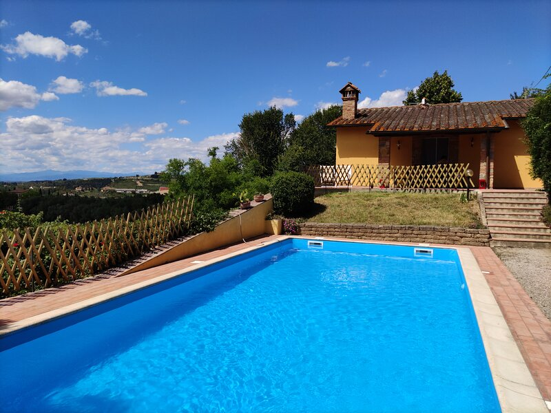 Sunset Hill - Entire Villa in Tuscany with private pool, wi-fi and parking, location de vacances à Castelfiorentino