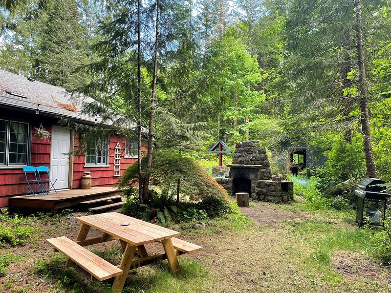 Springbrook Cabin - surrounded by nature in the foothills of Mt Hood, location de vacances à Welches