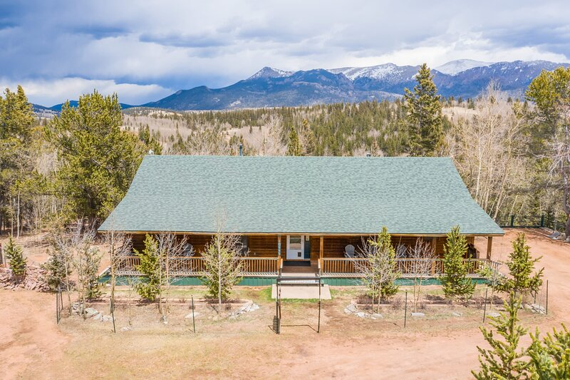 *NEW* Quiet 3BR Cabin w/ Peak View - Cripple Creek, holiday rental in Cripple Creek