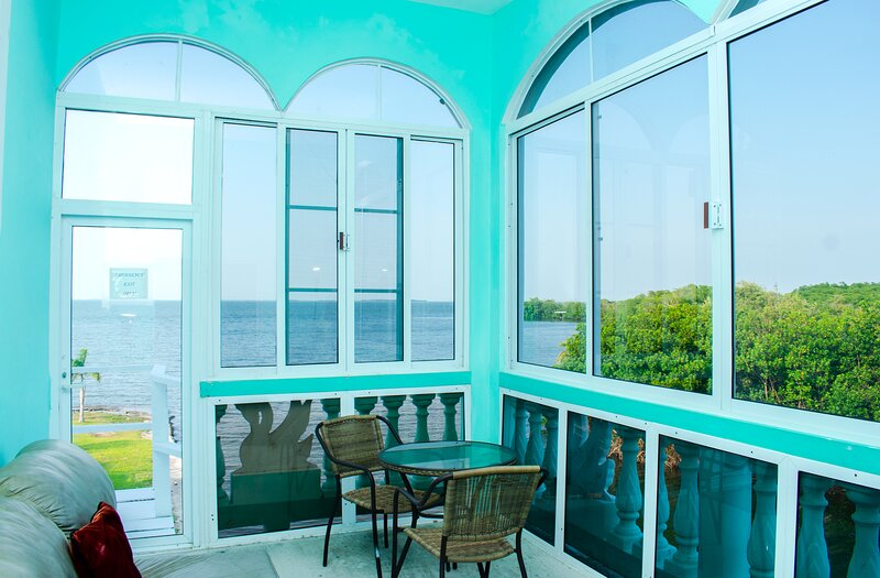 See Belize Sea View SUNROOM Suite w INFINITY POOL, Overwater Deck & Roof Terrace – semesterbostad i Ladyville