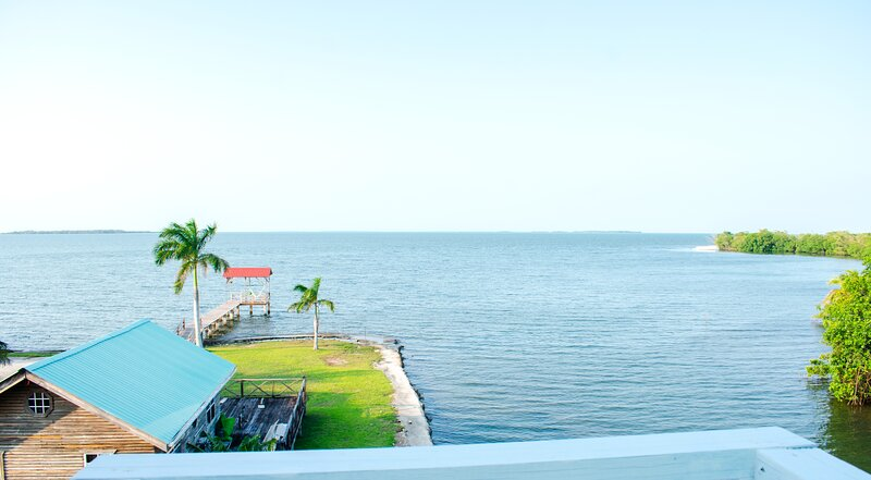 See Belize Sea View SUNROOM Suite w INFINITY POOL, Overwater Deck & Roof Terrace, holiday rental in Burrell Boom