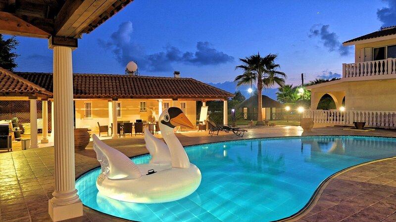 Luxury Villa Heleus & Heleus II - Huge Private Pool, alquiler de vacaciones en Peyia