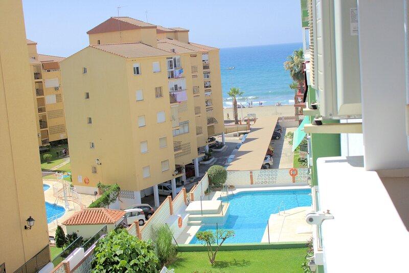 Lovely apartment close to see, beach, shops and restaurant, location de vacances à Rincon de la Victoria