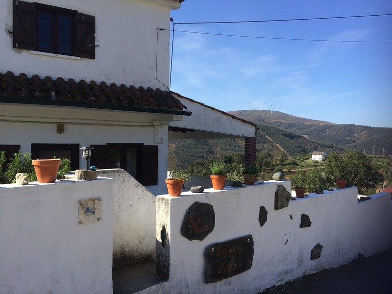 House in quiet rural village with amazing views, alquiler de vacaciones en Gois