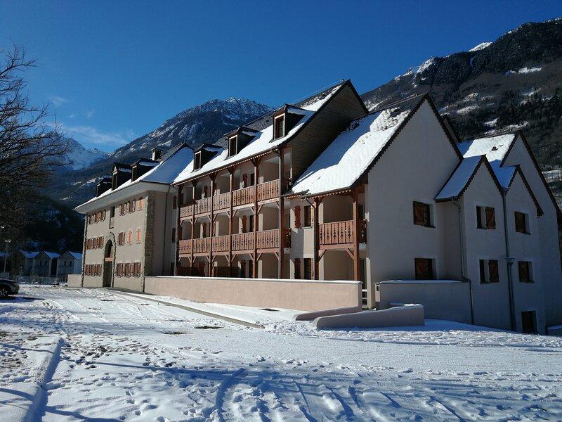 appartement duplex en résidence 3 étoiles avec piscine et  jolie vue montagne, holiday rental in Viscos
